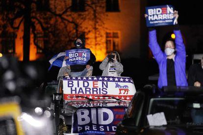Seguidores de Biden en un mitin en automóvil en Philapelphia, el 1 de noviembre.