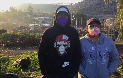 Ángel Ángeles y Josefa Vázquez, ambos pepenadores, frente al basurero tras haber dejado a sus dos hijos en el transporte.