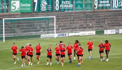 Las jugadoras del Atlético de Madrid, en un entrenamiento en Bilbao antes del partido de este viernes.