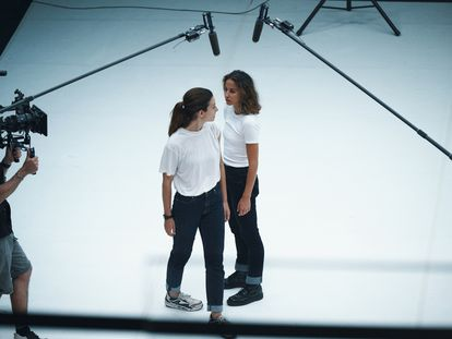 Bárbara Lennie e Irene Escolar, durante el rodaje de 'Hermanas'. En vídeo, nos introducimos en el rodaje.
