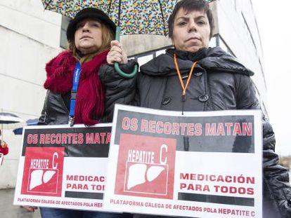 Dos enfermas de hepatitis C se manifiestan en Santiago en 2019.