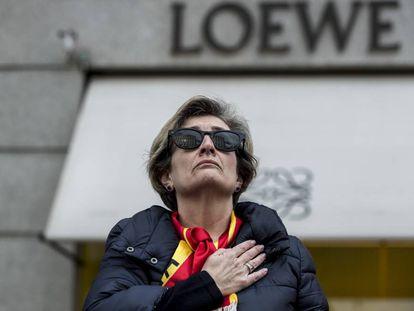 Una manifestante en el entorno de la plaza de Colón, el domingo.