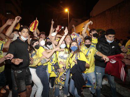 Vecinos de Vila-real celebran el triunfo del equipo el miércoles por la noche.