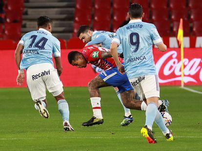 Henedy recibe el acoso de varios jugadores del Celta el pasado domingo.