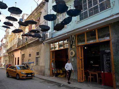 Un taxi llega este lunes a una paladar en La Habana.