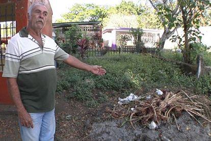 Arturo Moreno, enterrador de Tapachula, Chiapas, señalando una de las fosas comunes, convertida en basurero, donde se entierra a los migrantes sin identificar.