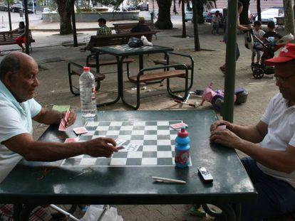 Luis Ángel Medina, de 77 años, y Manuel Pérez, de 62, juegan a las cartas en Usera.