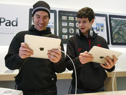 Dos jóvenes prueban el iPad en el Apple Store de San Francisco.