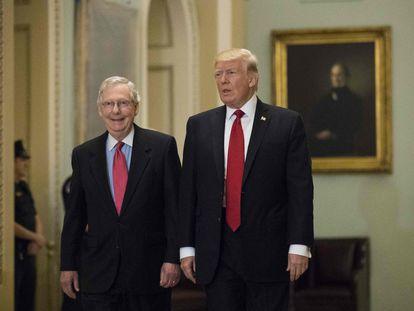 El líder de los republicanos en el Senado, Mitch McConnell, junto a Donald Trump, expresidente de EE UU, en una imagen de octubre de 2017. (
