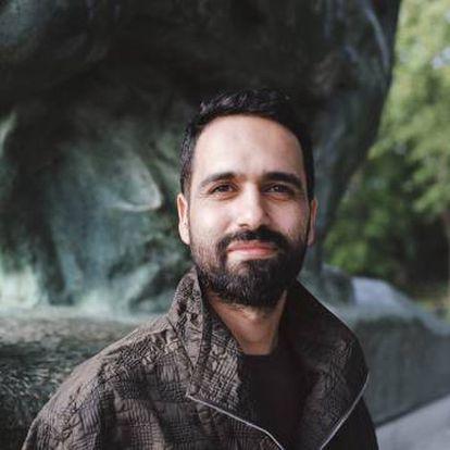 Samir Bargachi ha creado Kif Kif,una asociación para inmigrantes LGTBIQ+. Chaqueta Hermès.