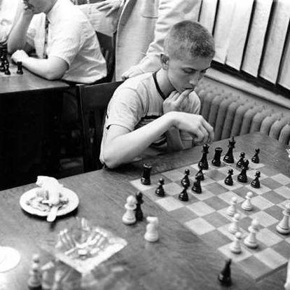 Fischer, a los 14 años, en 1957, durante una partida en el club de ajedrez de Manhattan.