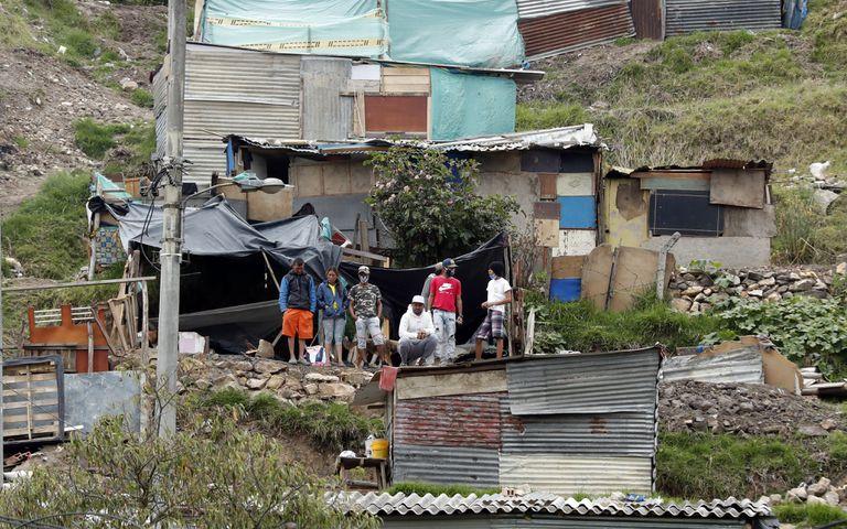 Varios jóvenes se reúnen el miercoles 20 de mayo en una casa de Altos de la Estancia, donde se han producido varios desalojos durante las últimas semanas, en Bogotá (Colombia).