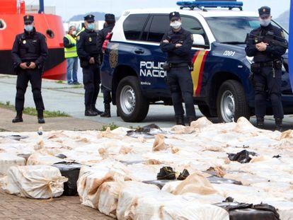 Efectivos policiales custodia un alijo de cocaína intervenido en Galicia.