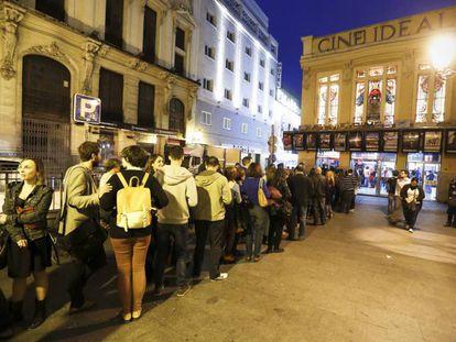 Cola de espectadores frente al Cine Ideal de Madrid.