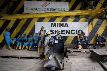 Trabajadores en una mina de oro en Colombia explotada por una empresa canadiense.