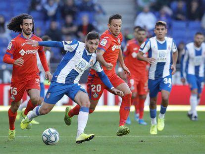 Campuzano controla el balón ante la presión de Maksimovic.