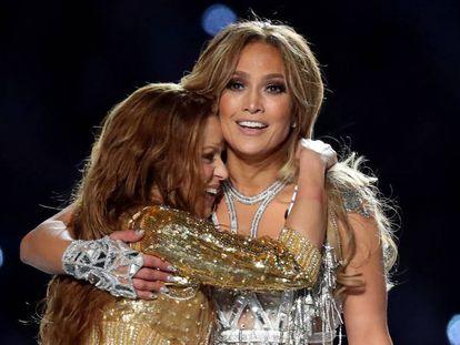 Shakira se abraza a Jennifer Lopez tras la actuación en el descanso de la Super Bowl LIV en Miami.