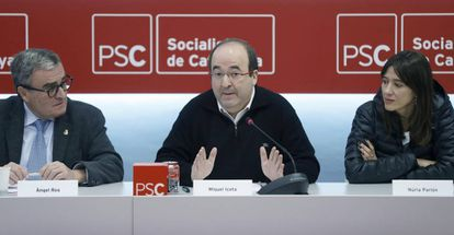 El primer secretario del PSC, Miquel Iceta (c), junto a la alcaldesa de Santa Coloma (Barcelona), Núria Parlon, y el presidente del partido, Àngel Ros (i).
