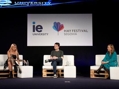 La cantante Bely Basarte, el escritor Manuel Bartual y la arquitecta Olga Subirós conversan en la inauguración del Hay Festival Segovia este jueves.