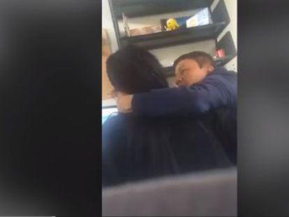 El vídeo muestra cómo el director de un máster de la Universidad Nacional de Colombia toca sin su consentimiento a la alumna