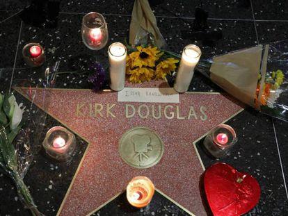 La estrella de Kirk Douglas en el Paseo de la Fama de Hollywood, Los Ángeles, California.