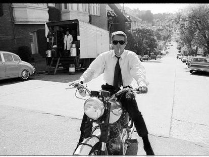 Steve McQueen conduciendo su motocicleta en un descanso del rodaje de 'Bullitt'.