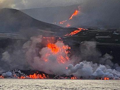 Llegada de la lava al océano visto a bordo del buque oceanográfico 'Ramon Margalef', este miércoles