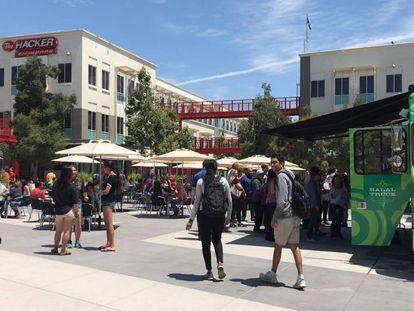 Empleados de Facebook en su sede central en Menlo Park, California.