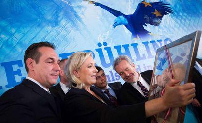 El líder del FPÖ, Heinz Christian Strache, y la dirigente del Frente Nacional, Marine Le Pen, este viernes en Viena.