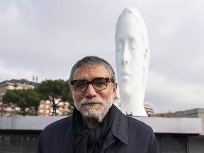 Jaume Plensa en 2018 frente a la escultura de Julia en la Plaza de Colón de Madrid. |