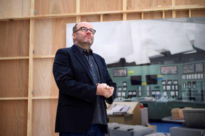 El artista Thomas Demand posa frente a una de sus obras, que recuerda el accidente de Fukushima.
