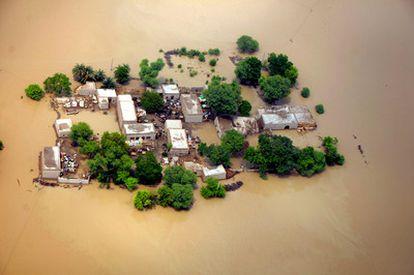 Vista aérea de unas casas anegadas por el agua en Kok Addu, en la provincia de Punjab, Pakistán.
