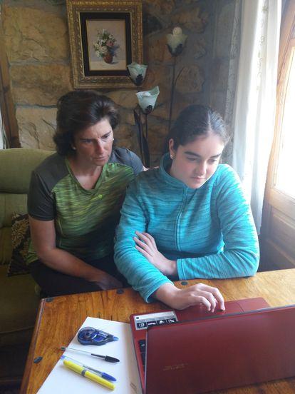 Natalia González, estudiante del IES Vega de Toranzo, de Cantabria, con su madre.