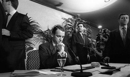 Mario Conde, en rueda de prensa tras la intervención de Banesto
