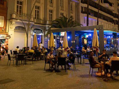 Varias personas disfrutan en una terraza de Santa Cruz de Tenerife, en agosto de 2020.