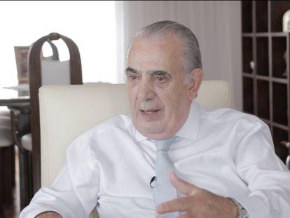 El expresidente Eduardo Camaño en su casa de Buenos Aires, durante la entrevista con EL PAÍS.