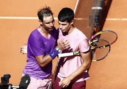 Nadal y Alcaraz se felicitan tras la victoria del primero en la Caja Mágica.