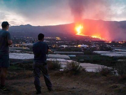 Vistas del volcán Cumbre Vieja expulsando lava y piroclasto, tomadas desde la montaña de La Lagunas donde hay invernaderos de plátanos, a 28 de septiembre en Las Manchas, La Palma, Santa Cruz de Tenerife, Canarias (España). Tras varias horas de inactividad, el volcán se reactivó ayer y entró en una fase 'efusiva' en la que vuelve a generar fuertes explosiones de tipo estromboliano y lava más fluida y con mayor capacidad para moverse. Estas gran coladas de lava se encuentran a 1 kilómetro del Océano Atlántico y a su llegada al mar podría provocar reacciones químicas adversas. Desde su erupción el pasado domingo, 19 de septiembre, el volcán de La Palma ha dejado al menos 6.000 personas evacuadas y unas 400 edificaciones dañadas.28 SEPTIEMBRE 2021;VOLCÁN;LA PALMA;SANTA CRUZ DE TENERIFE;CANARIASKike Rincón / Europa Press28/09/2021