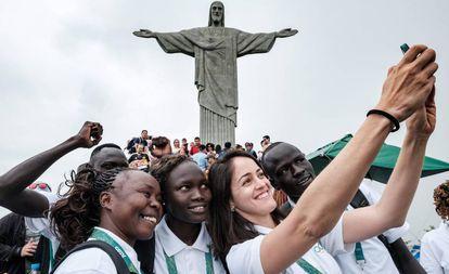 Equipo Olímpico de los Refugiados frente al Cristo Redentor.