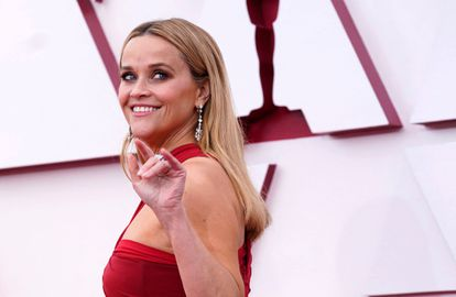 Reese Witherspoon, a su llegada a los Oscar, el 25 de abril de 2021 en Los Angeles, California.