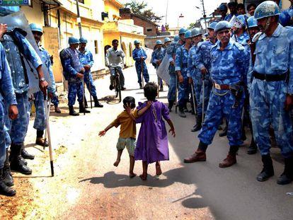 Soldados en las calles de Ayodhya (India), en 2002. La ciudad se ha convertido en un lugar de disputa entre hindúes y musulmanes.