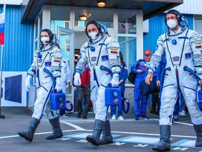 De izquierda a derecha, la actriz Yulia Peresild, el cosmonauta Anton Shkaplerov y el cineasta Klim Shipenko antes del lanzamiento de la nave espacial Soyuz MS-19 en el cosmódromo ruso de Baikonur, este martes.