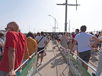 Varias personas esperan cola para recoger sus entradas en el festival Sonorama Ribera, que regresa este fin de semana a Aranda de Duero (Burgos) tras la cancelación del año pasado.