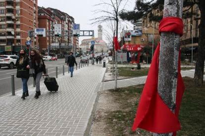 Lazos rojos en apoyo de Vetevendosje, el pasado sábado en el bulevar Bill Clinton de Prístina.