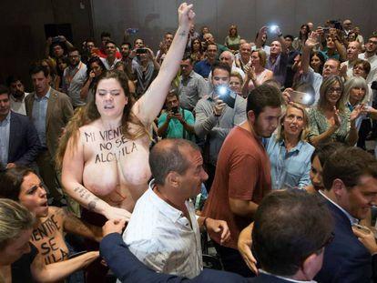 Dos activistas de Femen interrumpen la llegada de Albert Rivera a un acto con simpatizantes en Málaga.