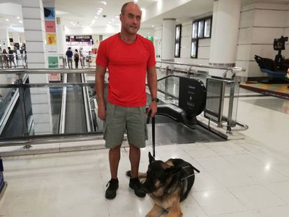 Pedro Delgado, con su perro guía 'Viero', en el centro comercial de Tenerife en el que trabaja.