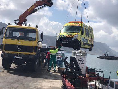 Traslado de ambulancia medicalizada a La Graciosa, el pasado 25 de marzo.