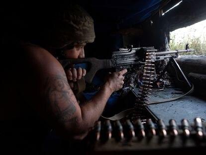 Un soldado ucranio en la línea del frene en la localidad de Novotoshkivske, en la región de Lugansk, el domingo.