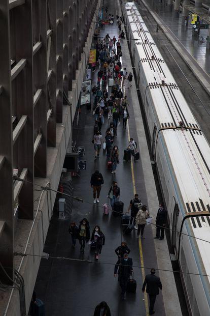 Dvd1052(09/05/21) Ambiente en la estación de Atocha después de la extinción del estado de alarma que prohibia el movimiento entre comunidades autonomas , Madrid Foto: Víctor Sainz