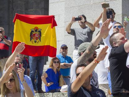 Profranquistas concentrados en el Valle de los Caídos para protestar por el plan del Gobierno de exhumar a Franco.